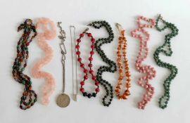 KETTENKONVOLUT, bestehend aus 7 Stück, verschiedene Halbedelsteine, u.a. Jade und Rosenquarz,