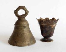 TÜRGLOCKE, 18.(?)/ 19. Jh., Bronze, mehrfach gerillt, H 14 cm und Vase, Frankreich, 19. Jh.,