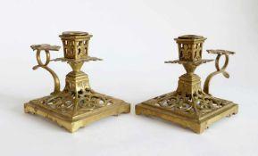 PAAR NACHTLEUCHTER, Frankreich, um 1900, Gelbguss, durchbrochen gearbeitet, Fleur-de-Lis-Ornamentik,