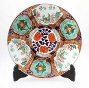 """Chinesischer Prachtteller """"Famille Vert"""" Stil Mittig florale Zier, umlaufend 6 Kartuschen,"""