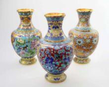3 Cloisonné Vasen China Bauchiger Körper, feine Cloisonnétechnik in vorherrschend blauen und