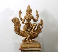 Große Bronzefigur Göttin Savasvati - Südindien Die vierarmige Göttin auf Pfau sitzend, in einer Hand