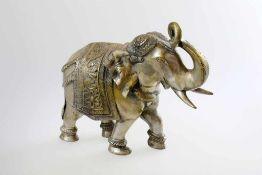 Elefant - Indien Festlich geschmückter Elefant, Rüssel erhoben, schreitend, halbplastisch