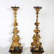 Paar barocke Altarleuchter - 18. Jahrhundert Einflammige Standleuchter, Holz vergoldet. Geschweifte,