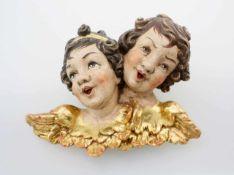Holzschnitzerei - 2 Putten Polychrom- und goldstaffiert, antikisiert - Krakelee. Maße: 31 x 25 cm.