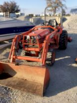 Lot 18 - Kubota B2710 Tractor with Loader MSW Hydro. 965 Hrs. Deck in parts.