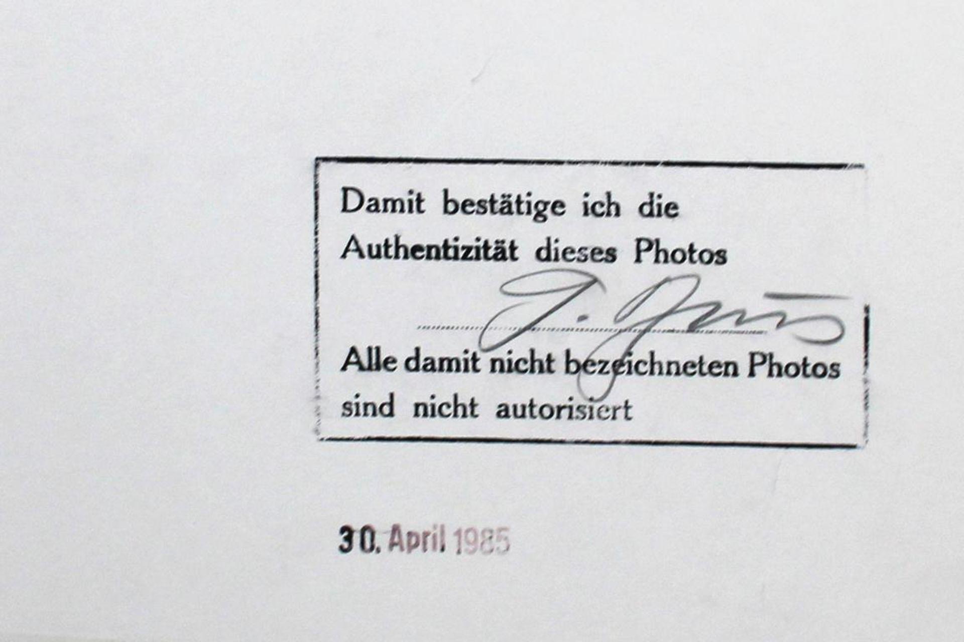 Brus Günter (geb. 1938) Ohne Titel 1980er Fotografie handsigniert auf Label rückseitig 58,5 x 47,5 - Bild 2 aus 2