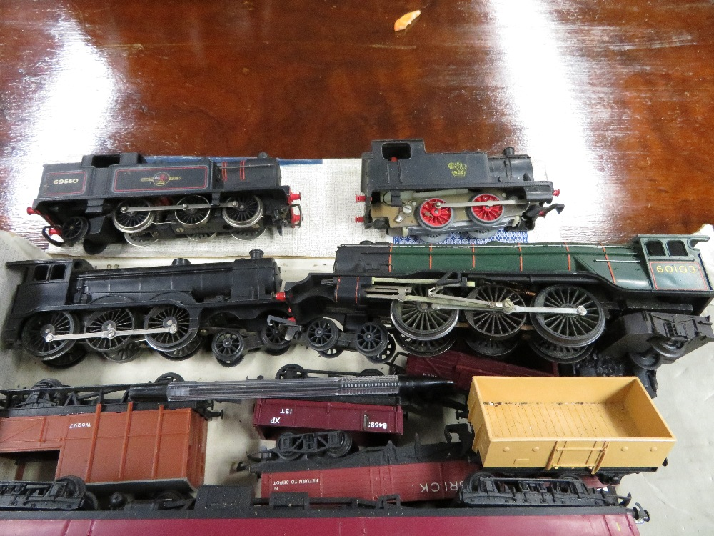 Lot 51 - Trains and carriages