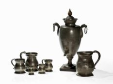 Wasserspender mit 6 Messbechern, Deutschland/England, 1800-80 Zinn, Holz. Ein Wasserspender aus