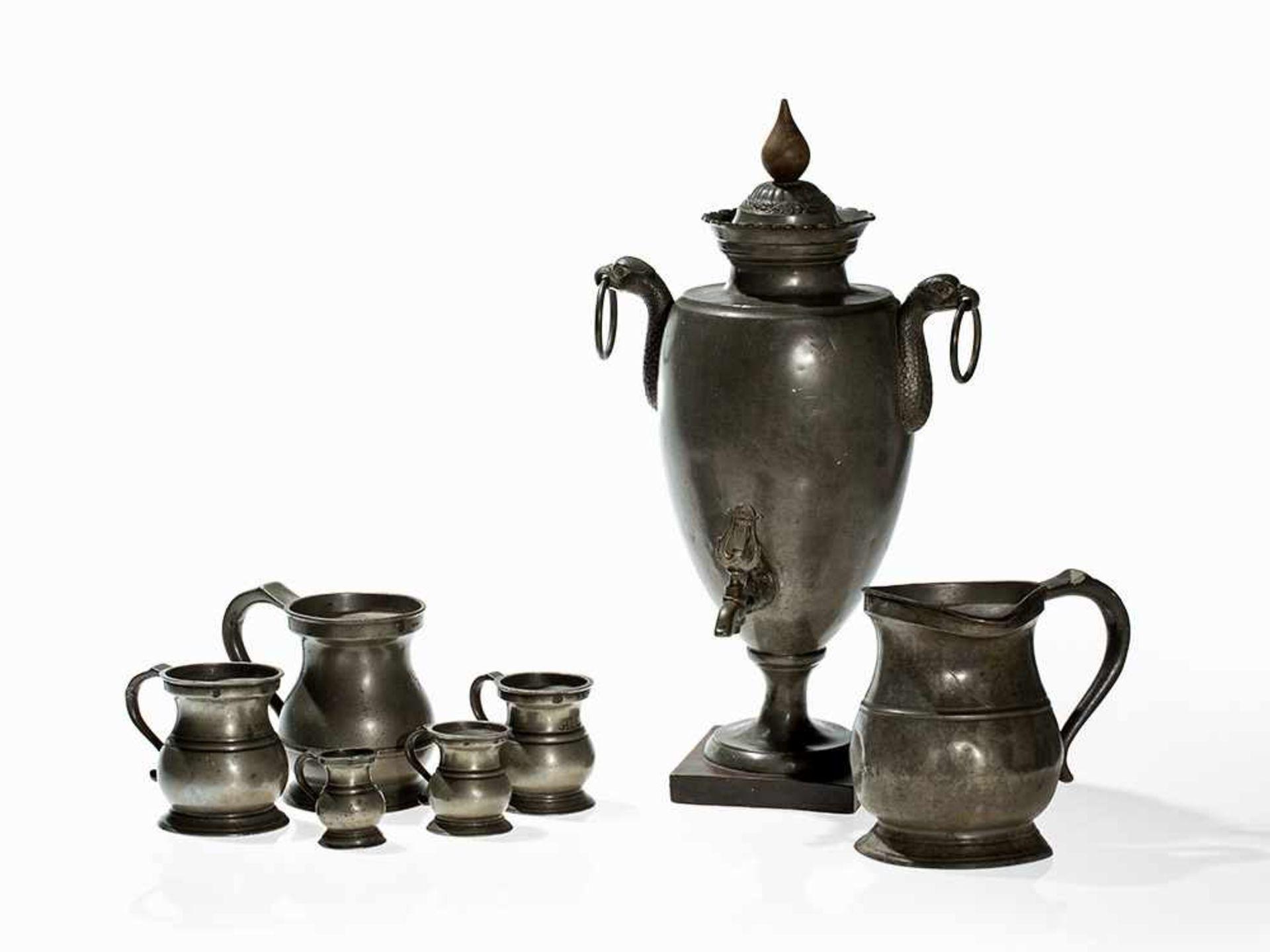 Los 104 - Wasserspender mit 6 Messbechern, Deutschland/England, 1800-80 Zinn, Holz. Ein Wasserspender aus
