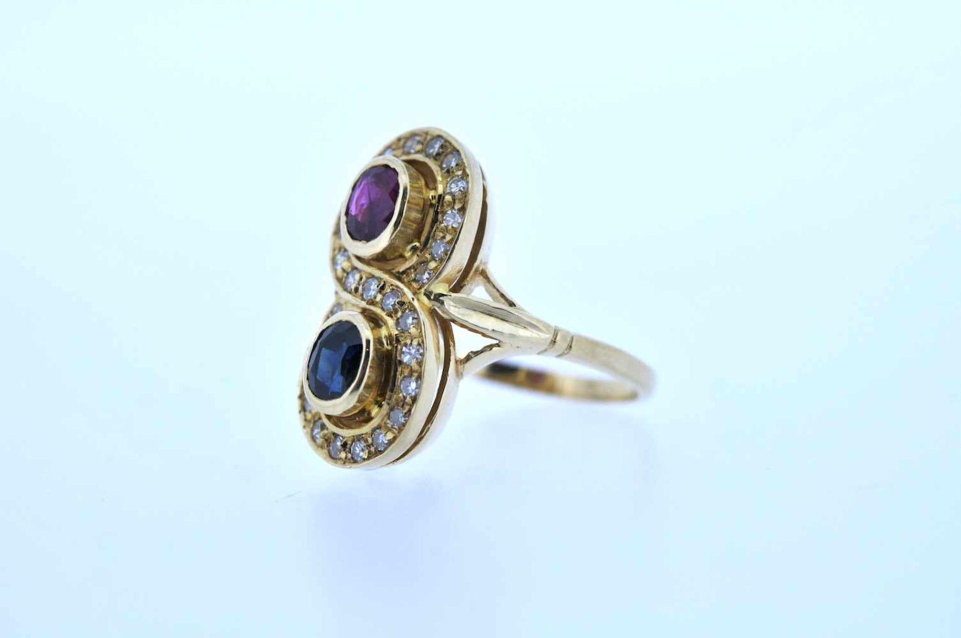 Ring Goldener Ring mit Brillanten, zus. ca. 0,20 ct und je einem Rubin und einem Saphir, zus.ca. - Bild 2 aus 3