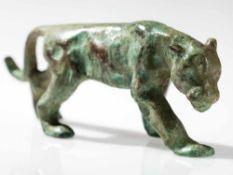 Bronze einer Schnürenden Großkatze, wohl Frankreich, um 1900 Bronze, Malachit-Patina. Wohl