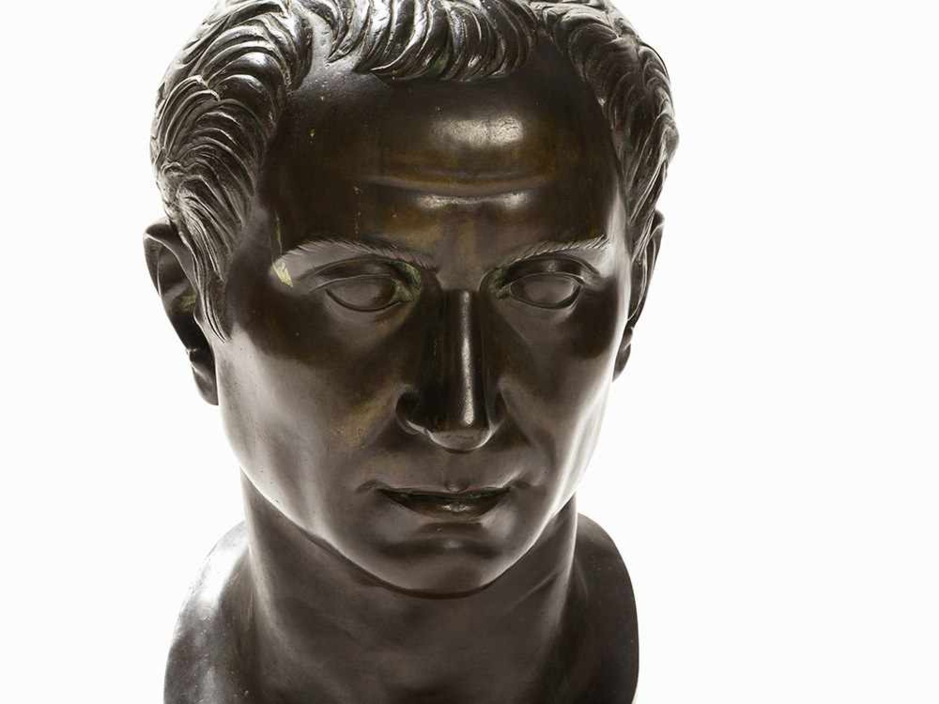 Los 91 - Bronzebüste, Julius Caesar, Italien, Frühes 20. Jh. Bronze, grün patiniert, Marmorsockel. Italien,