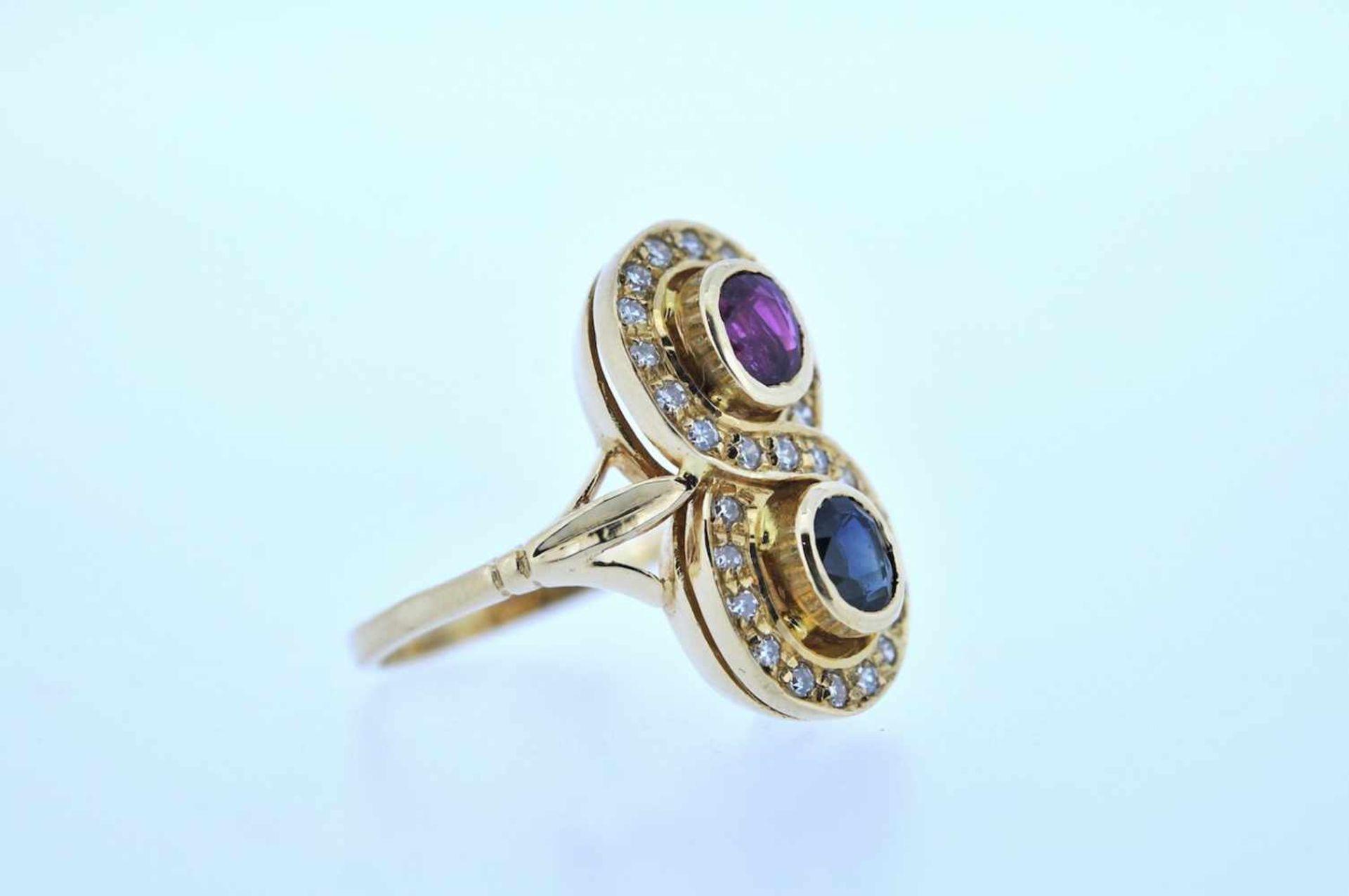 Ring Goldener Ring mit Brillanten, zus. ca. 0,20 ct und je einem Rubin und einem Saphir, zus.ca.
