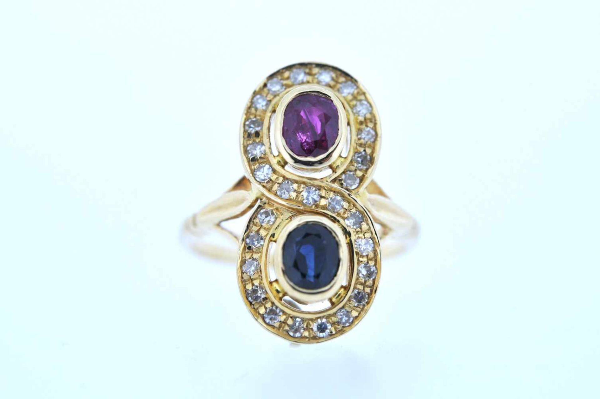 Ring Goldener Ring mit Brillanten, zus. ca. 0,20 ct und je einem Rubin und einem Saphir, zus.ca. - Bild 3 aus 3