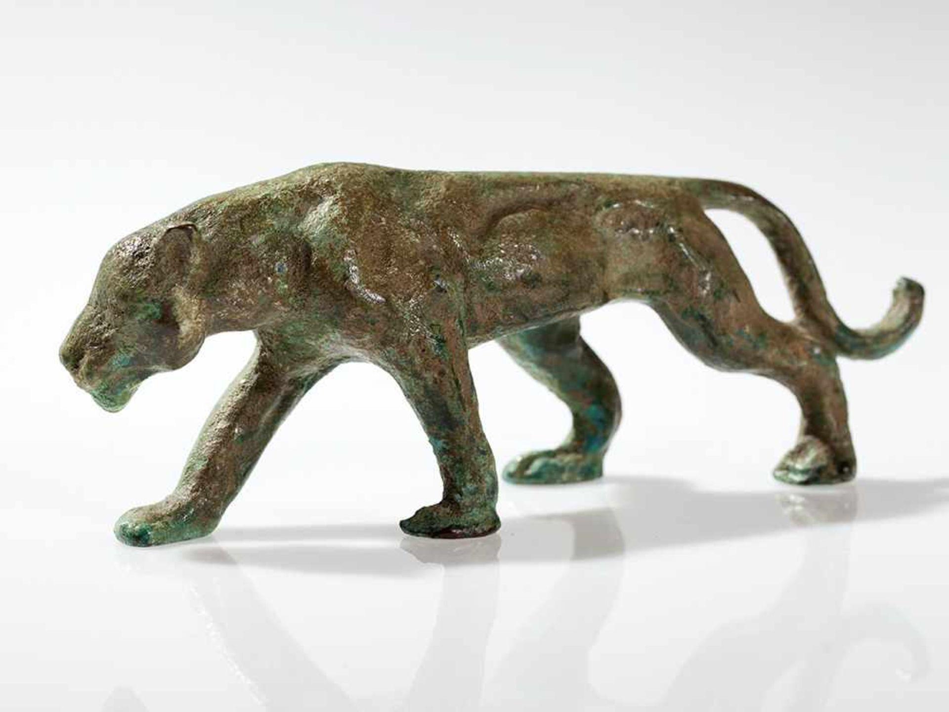 Los 95 - Bronze einer Schnürenden Großkatze, wohl Frankreich, um 1900 Bronze, Malachit-Patina. Wohl