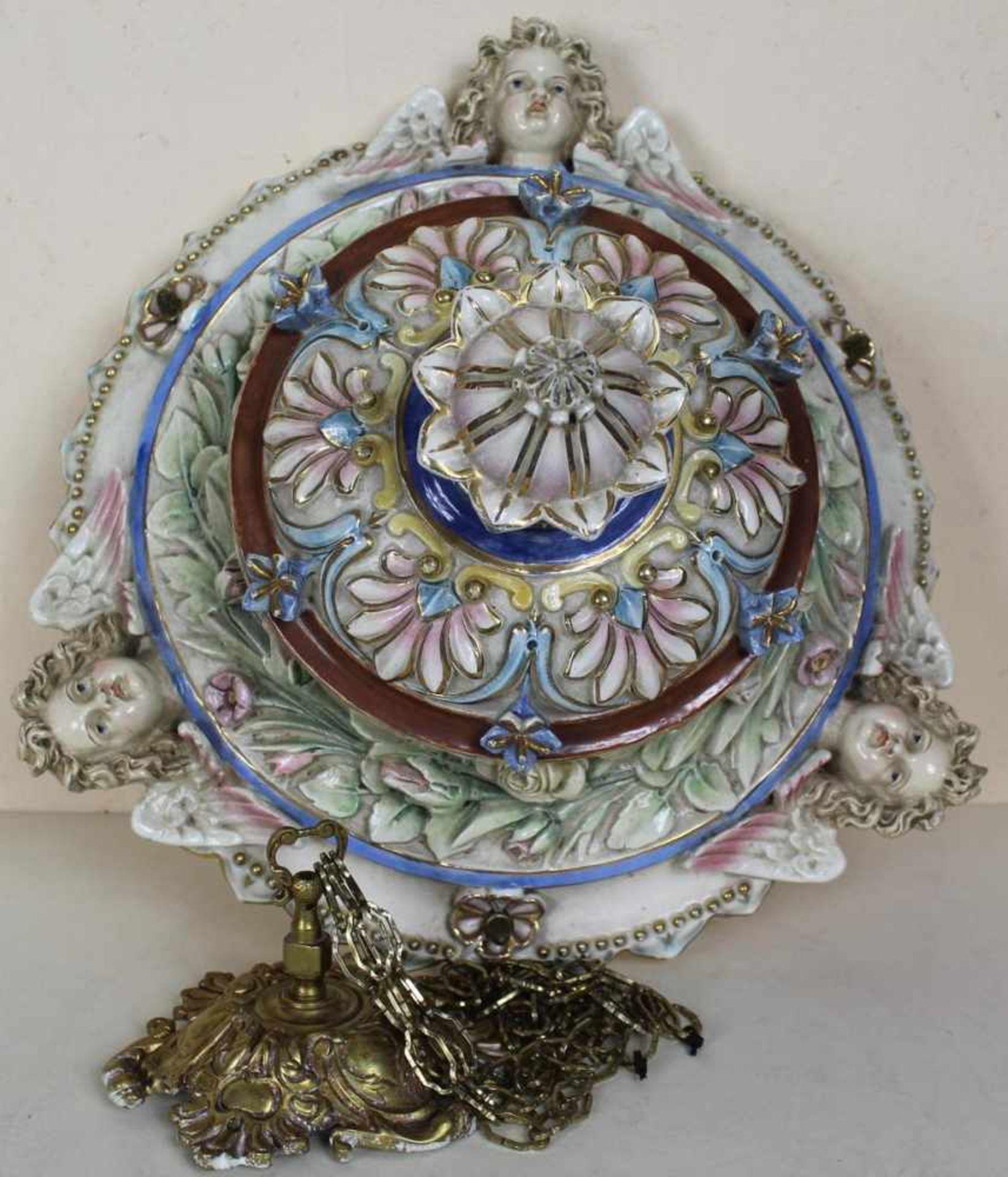 Blumenampel wohl Frankreich um 1900, Keramik mehrfarbig staffiert, Montur aus Messing mit
