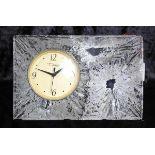 Daum Nancy Tischuhr Kristallglas Batteriebetrieben, Eiskristalldekor, Uhrwerk bez. Swiss Metall,