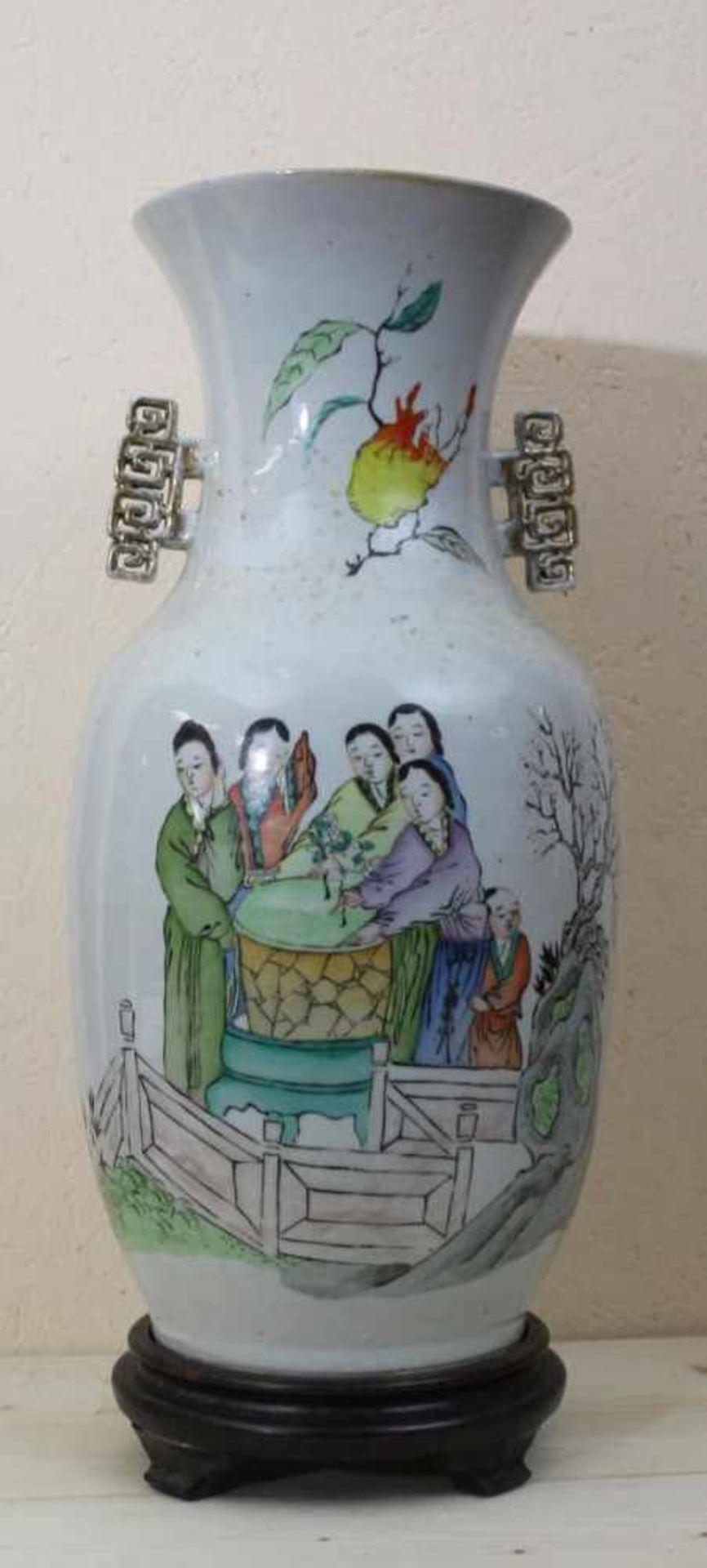 Vase China Republikzeit, Porzellan mit mehrfarbiger Personenstaffage und Schriftzeichen, Holzsockel,