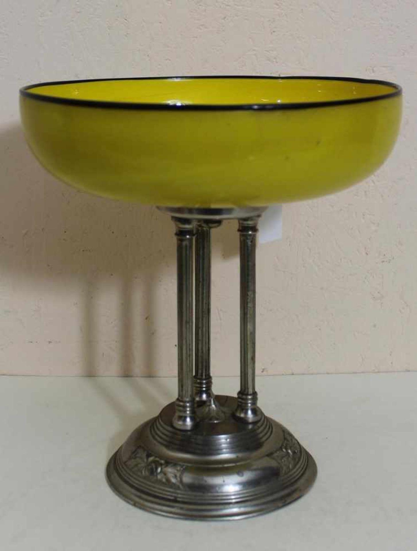 Loetz Aufsatzschale Tangoglas gelb-schwarz mit Metallmontur, auf drei Metallstäben montierte runde