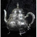 Grosse Kaffeekanne Silber 800 mit floralem, ornamentalen Putti Reliefdekor, im Boden punziert,