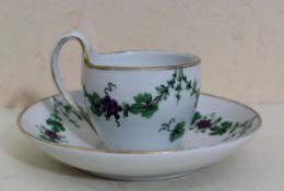 Biedermeier Tasse mit Untertasse Fürstenberg um 1830, Porzellan mit Blumenfestons und