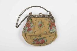 Trachtentasche Fassung Silber 800, plastisch floral gearbeitet, ergänzte 2-reihige Erbskette als