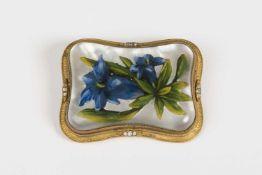 Gürtelschnalle Kunstharz, unterlegtes Bild, Enzian und Blätter, Messingumrandung, mit weißen