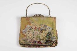 Feingearbeitete Gobelin Abendtasche Blumenmotiv in Vase,, Metallbügel, bronziert, an Metallkette,