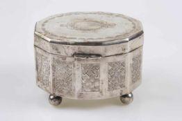 Zuckerdose mit Schanierdeckel, Silberpunzierung 3, graviert, Innenvergoldung, auf 4 Füßchen stehend,