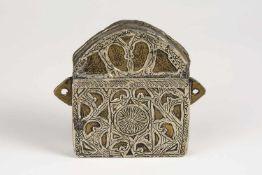 Behälter, Nepal, 2.Hälfte 20.Jh., mit Schanierdeckel, Gelbmetall, teilweise versilberte Ornamente,