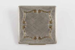Quadratische Puderdose Silber 925, mit reichhaltiger Gravur, Goldeinlage 750, 82 g;