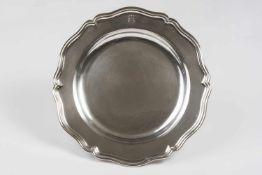 Runder großer Teller 12 lötiges Silber, mit plastisch gearbeitetem Wappen und aufgesetzter Krone,