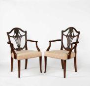Paar Armsessel im Hepplewhite Stil Kopie um 1920, geschweifte Gestelle, braun mattiert,