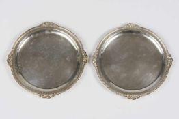 2 mittelgroße Tassen Silber 900, plastisch gearbeiteter Rand, teilweise floral geziert, 447,1 g,