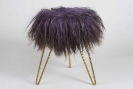 Rockabilly Hocker auf 3 Füßen stehend, gebogenes Messinggestell, lila Flokati Bezug, 50er Jahre,