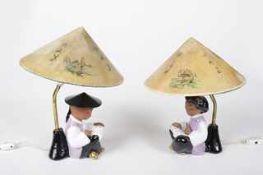 Paar Tischleuchten Carli Bauer WKM, Lesende Chinesen, zeigelrote Keramik, farbig glasiert , gold