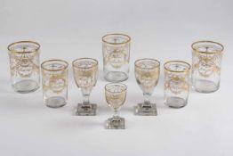 Teile einer Trinkgarnitur, 1.Hälfte 19.Jh., farbloses Glas mit ornamentaler Goldbemalung und