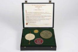 14 unterschiedlich große deutsche Kaiser-Siegel originalgetreu von Hand gegossen, in Kasette, mit