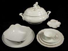 Speiseserviceteile Porzellan, weiß, Marke Augarten Dekor Belvedere, bestehend aus: 1 Deckelterrine