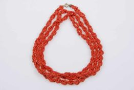 Lange Halskette, Anfang 20Jh.,korallenrote Glasperlen, Metallverschluss, gedreht, Länge 140cm, 68,