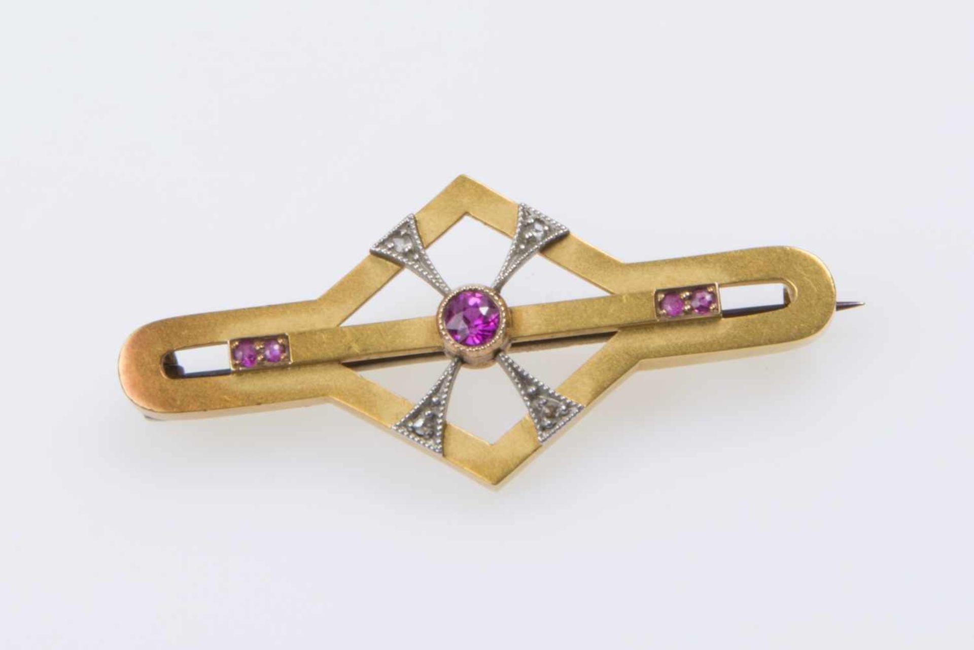 Brosche, Arbeit Anfang 20.JHGold 585, feuervergoldet, mit Diamantrauten, rote Imitationssteine,