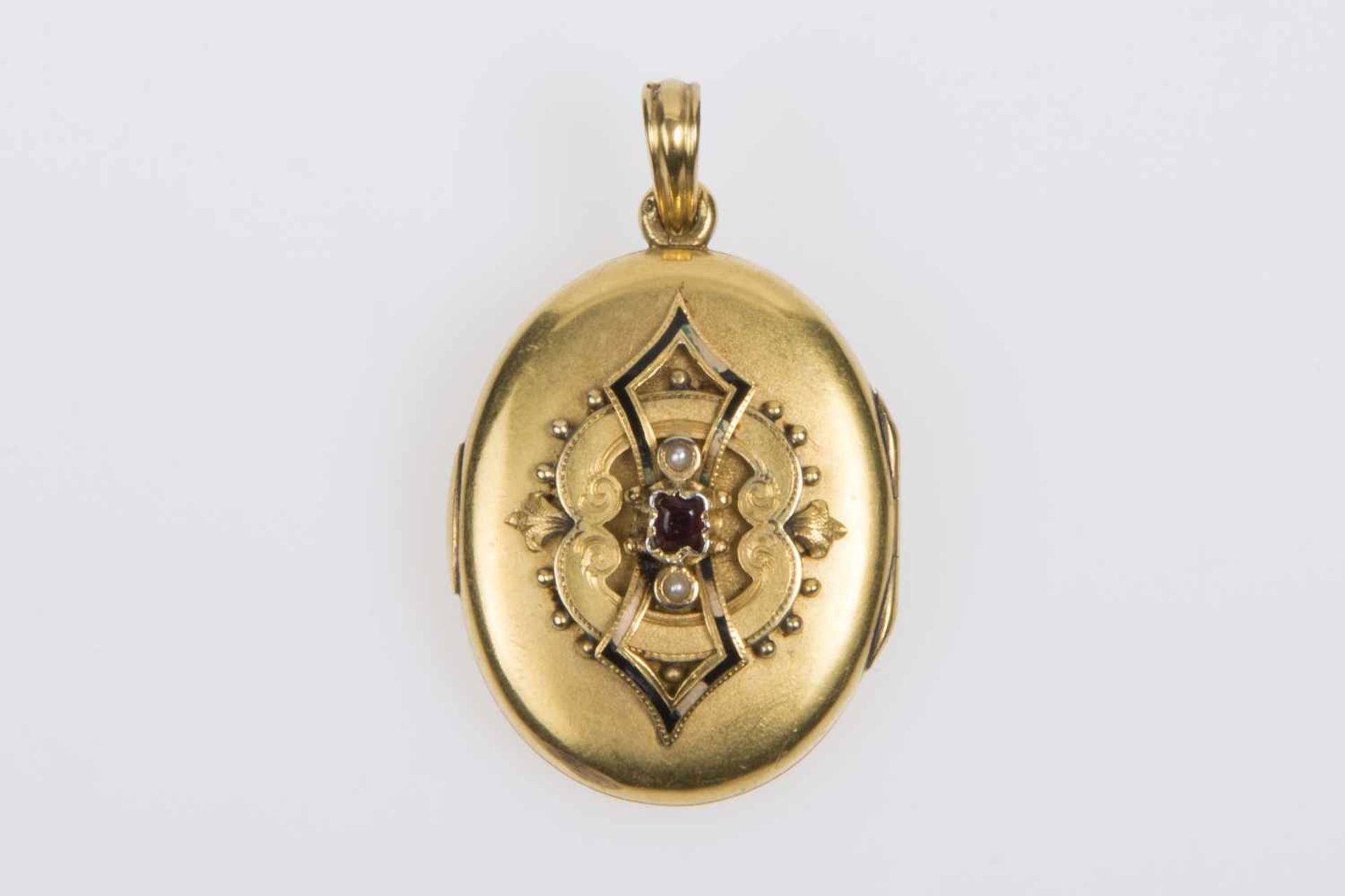 MedaillonGold 580, mit Haarlocke, Kontrollamtszeichen 1867-1872, 2 Halbperlen, 1 Granat, 10,8g;