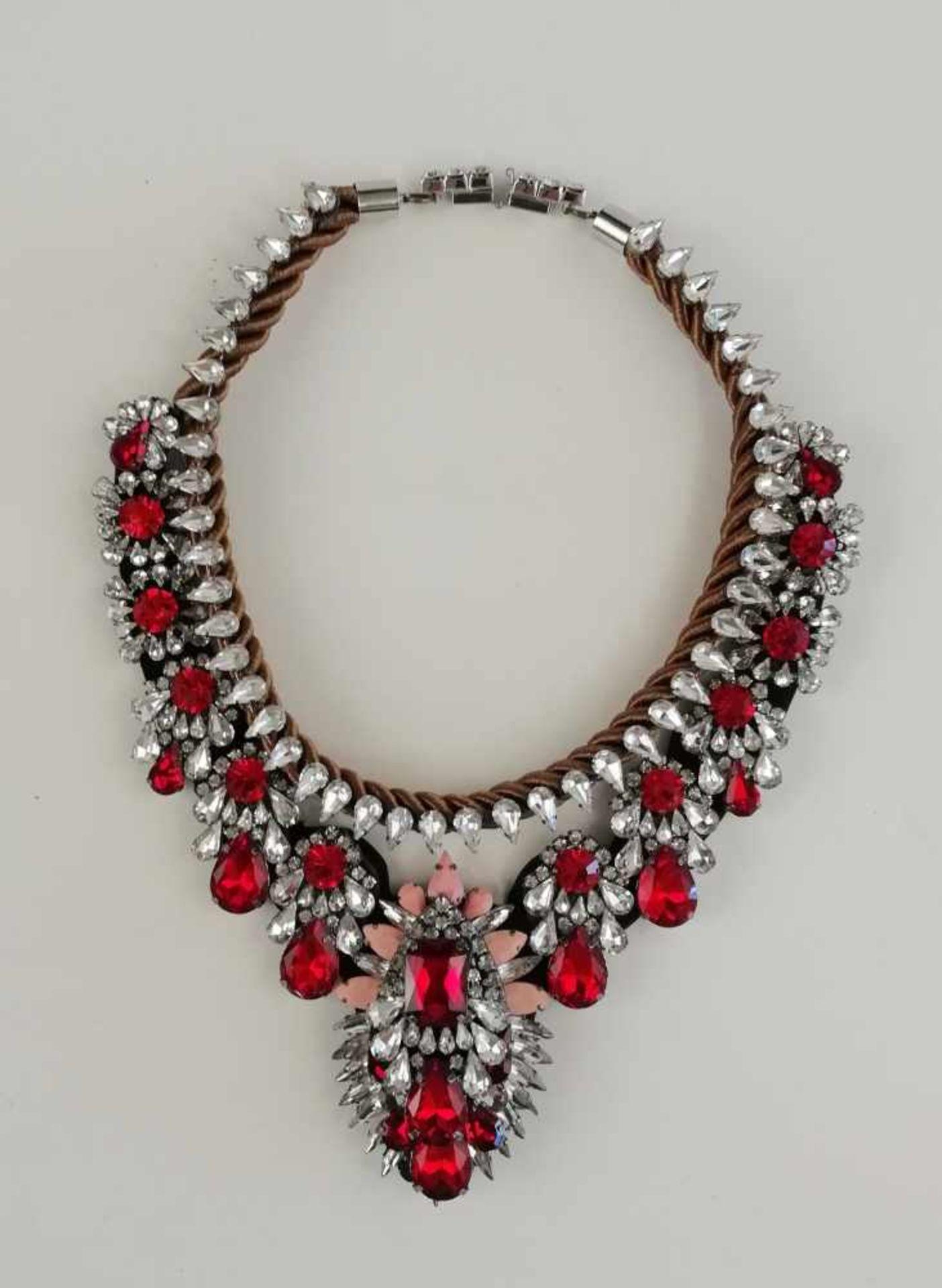 Modeschmuck, Collier unterschiedlich große rote, weiße und pastellrosafarbene Imitationssteine, an