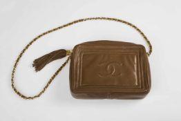 Damenhandtasche CHANELrehbraun, Umhängekette, Metall, mit Leder kombiniert. mit Steppung, seitlich
