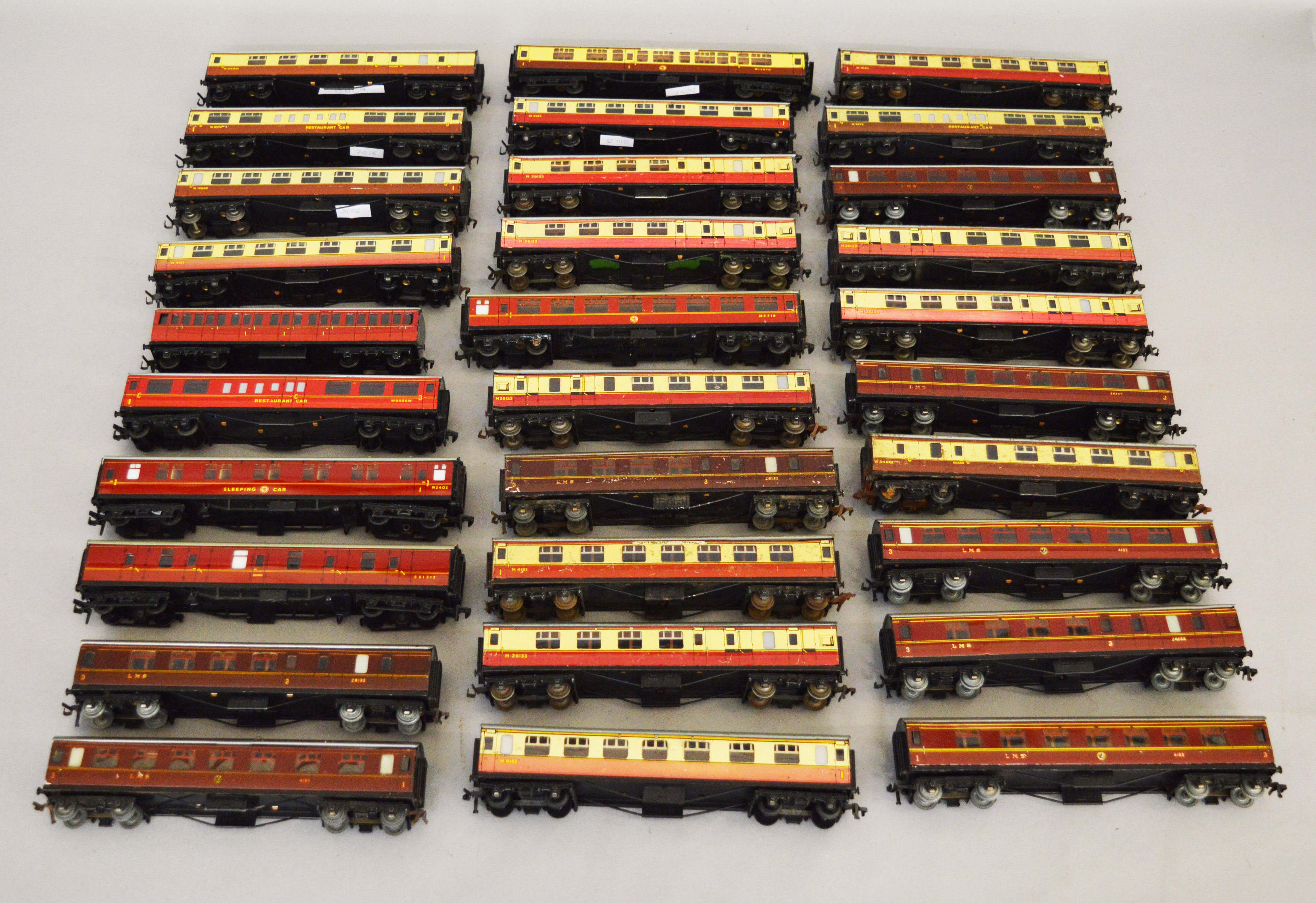 Lot 58 - OO gauge. 30 x Hornby Dublo tinplate coaches.