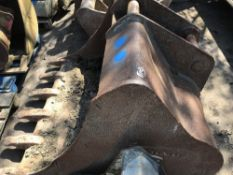 VOLVO 80MM PINNED 1.5M WIDTH BUCKET, 51CM CENTRES APPROX, DAMAGED, REQUIRES REPAIR!!