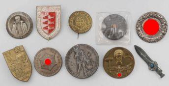 10 Abzeichen, sog. III. ReichWHW und Tagungsabzeichen, unterschiedliche ErhaltungenBitte