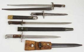Vier Bajonette verschiedener Länderalle mit Scheide, eines mit Leder Koppelschuh, unterschiedliche