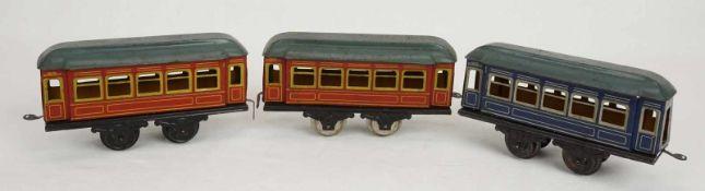 Drei Karl Bub Nürnberg Personenwagen, Spur 0, um 1920Blech lithografiert, zwei rote und ein blauer